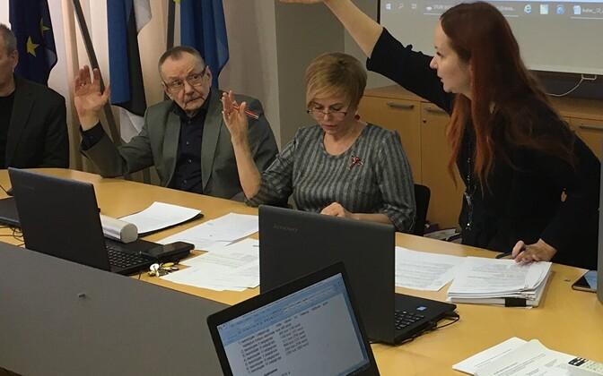 Председатель горсобрания Кохтла-Ярве Рийна Иванова (вторая справа) на рабочем месте.