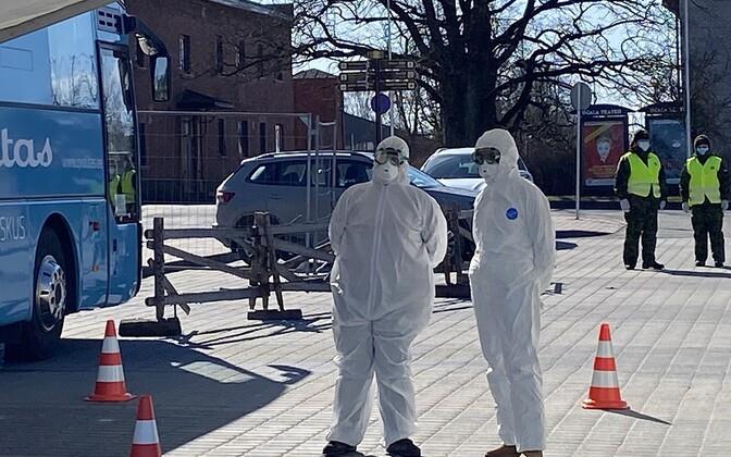 Сотрудники пункта тестирования на коронавирус в Вильянди.