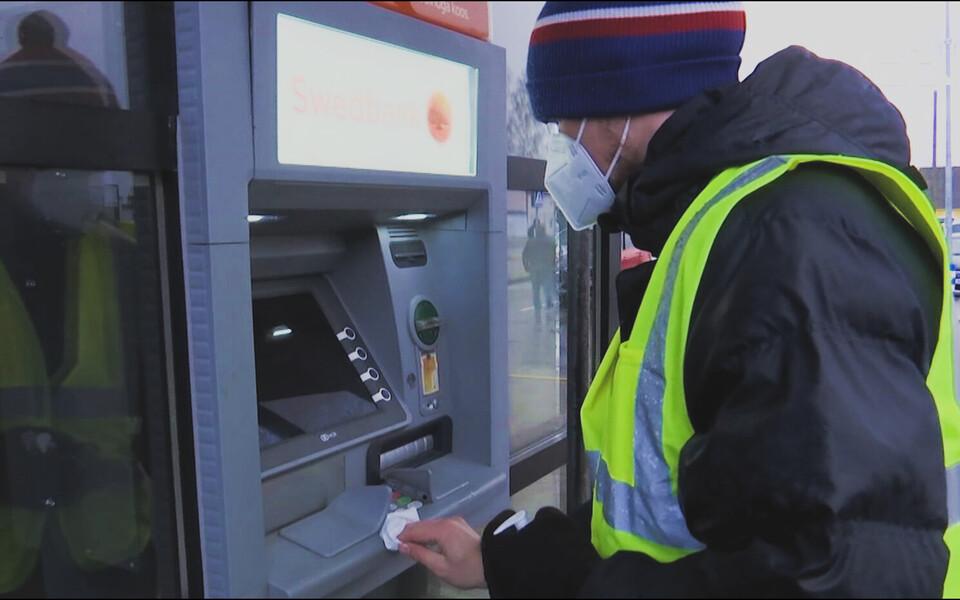 Добровольцы следили, чтобы пенсионеры не  выстраивались в очереди у банкоматов.