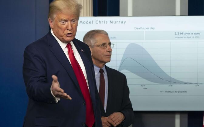 President Trump Valges Majas pressikonverentsil, taustal viiruse leviku mudel.