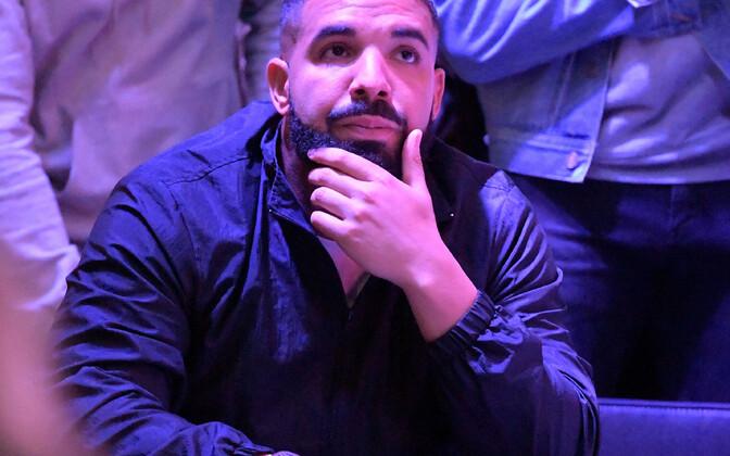 Drake oma NBA kodumeeskonna Toronto Raptorsi mängul.