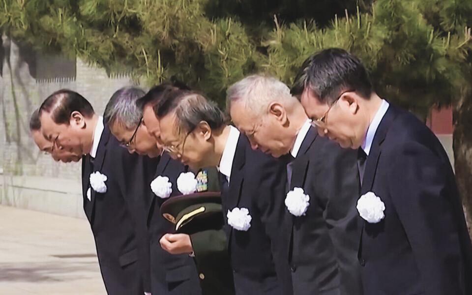 В Китае объявлен траур по погибшим от коронавируса.