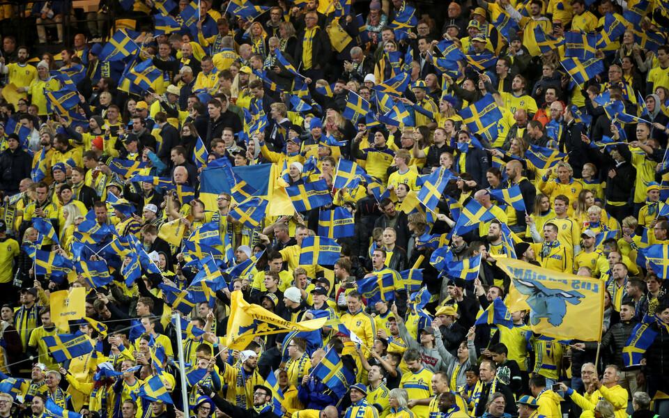 Шведские футбольные болельщики.