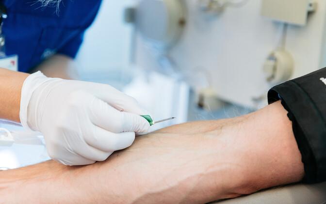 Сдавать кровь могут здоровые люди в возрасте 18-60 лет. Вес донора не должен быть ниже 50 кг.