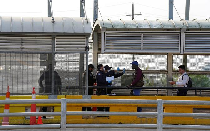 Piirivalvurid ja migrandid USA-Mehhiko piiril.