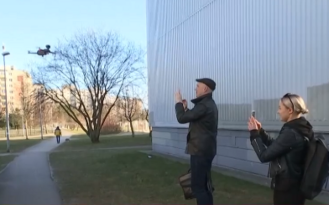 Members of the public in Lasnamäe on Thursday, filming a police drone filming them.