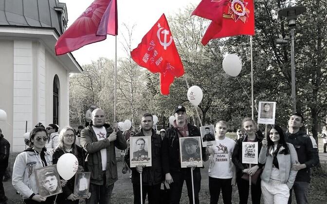 Molodaja Gvardija punalippudega liikmed propagandaüritusel.