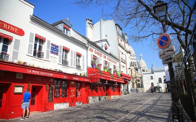 Inimestest tühi Place du Tertre Pariisi Montmartre'i linnaosas.