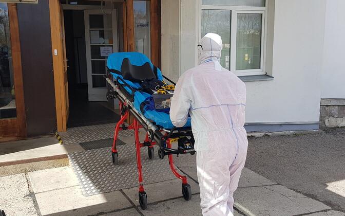 Kiirabitöötaja kaitseriietuses