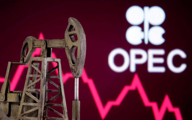 Naftapumba makett OPEC-i logo taustal.