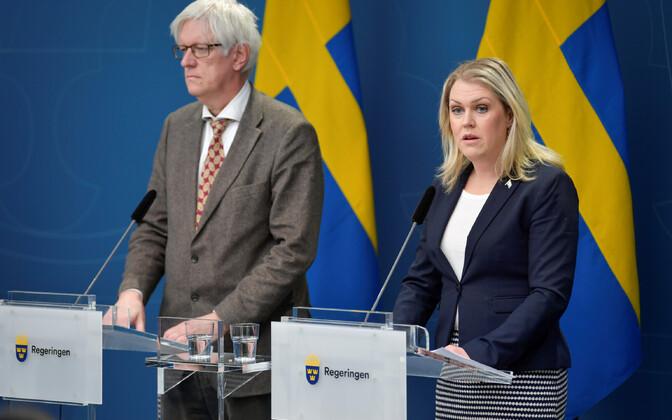 Rootsi tervishoiuminister Lena Hallengren ja tervishoiuameti juht Johan Carlson.
