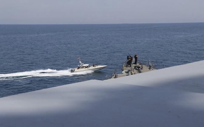 Iraani mereväe kiirpaat USA mereväelaeva juures Pärsia lahel.
