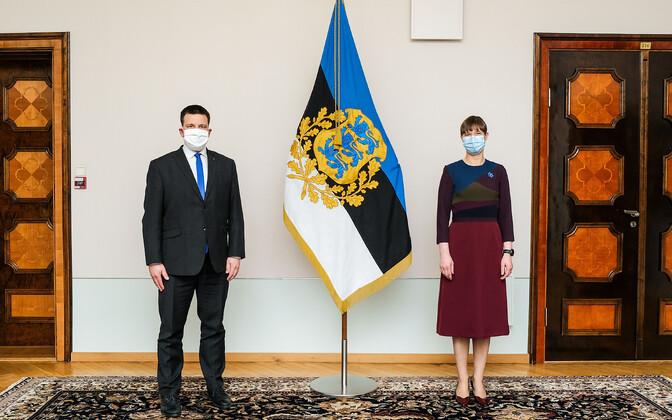 President Kersti Kaljulaid and Prime Minister Jüri Ratas following social distancing rules at a meeting at Kadriorg