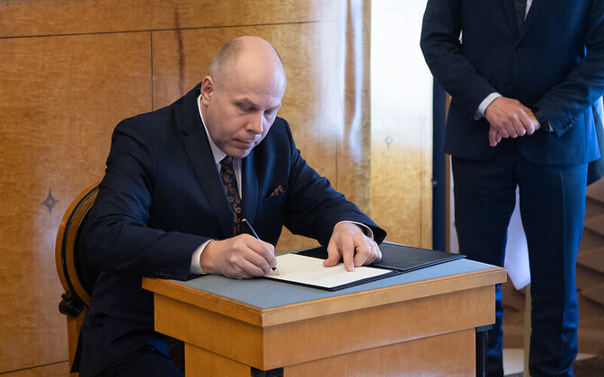 Raul Siem taking his oath of office at the Riigikogu Tuesday.