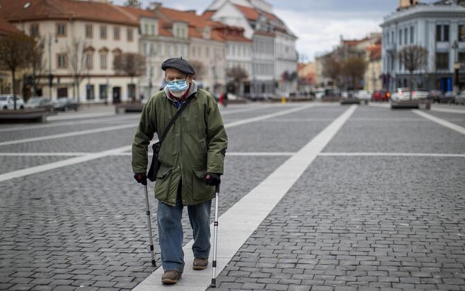 Pensionär inimtühjal Vilniuse tänaval.