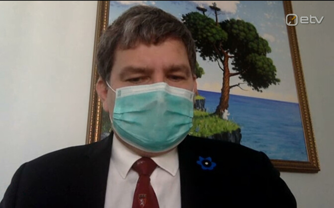 A masked Dr. Edward Laane, the Kuressaare Hospital chief doctor facing calls to resign following a petition of 24 signatures from staff at the hospital.