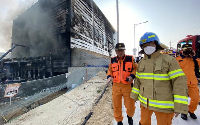 Kustutustööd Lõuna-Koreas Icheoni linnas kaubamaja ehitusel puhkenud tulekahju ajal.