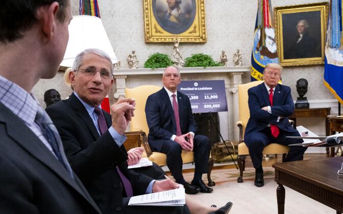 Anthony Fauci (vasakult teine) Valges Majas.