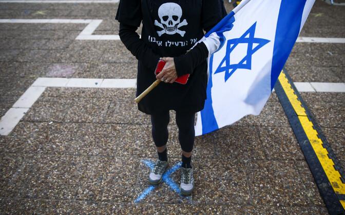 Koroonapiirangutele vastav meeleavaldaja Iisraelis.