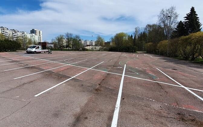 Площадку перестроят, но пока ее будут использовать под парковку.