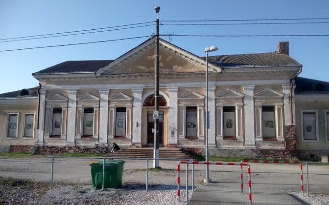 Станция в Йыхви была открыта в 1929 году. 18 сентября 1944 года при отступлении немецких войск здание вокзала было взорвано. Новое здание построили в 1950-е годы.