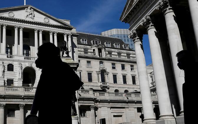 Kooronatõrjeks maske kandvad inimesed Briti keskpanga hoone ees.