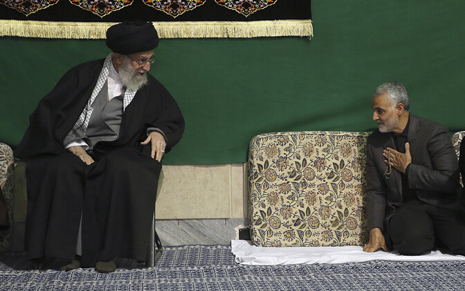 Aasta algul USA õhurünnakus tapetud kindral Soleimani oma patrooni, ajatolla Khamenei jalge ees.