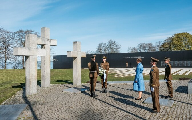 Kersti Kaljulaid honors those who fell in the Second World War.