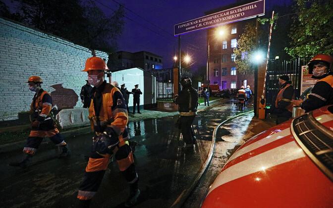 Päästjad Moskvas haigla juures, milles oli tulekahju.