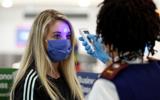 Reisija kehatemperatuuri mõõtmine USA Miami lennujaamas.