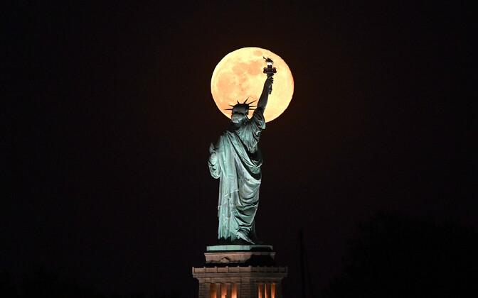 Vabadussammas Kuu taustal.