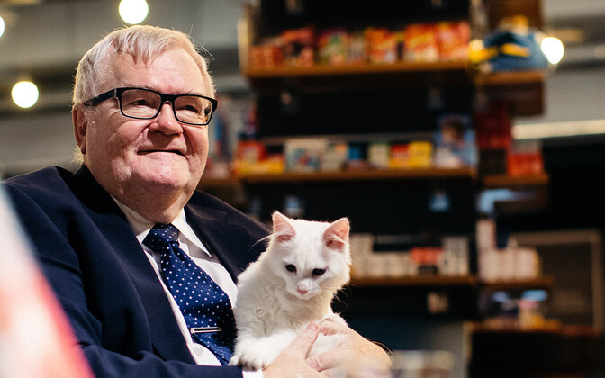Former Tallinn mayor Edgar Savisaar, with cat.