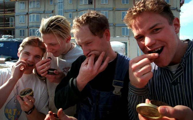 Rootsis on suhu pandvate nikortiinipadjakeste kõrval ainsana Euroopa Liidus lubatud ka mokatubakas, mida enamasti tarbitakse samuti padjakeste kujul.