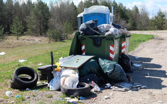 Столько мусора вряд ли могло скопиться в машине в пути.