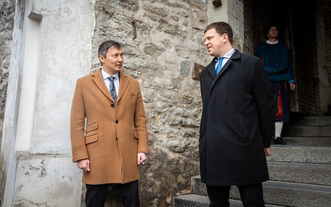 Prime Minister Jüri Ratas (right) meets Tallinn Mayor Mihhail Kõlvart at the Lühike jalg gate on Friday's Tallinn Day, as per tradition.