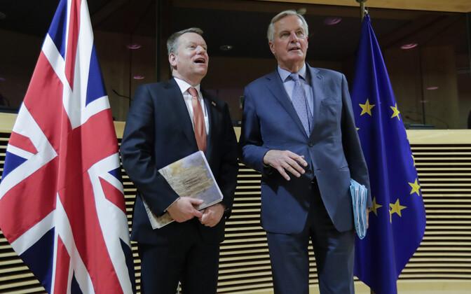 David Frost (vasakul) ja Michel Barnier.