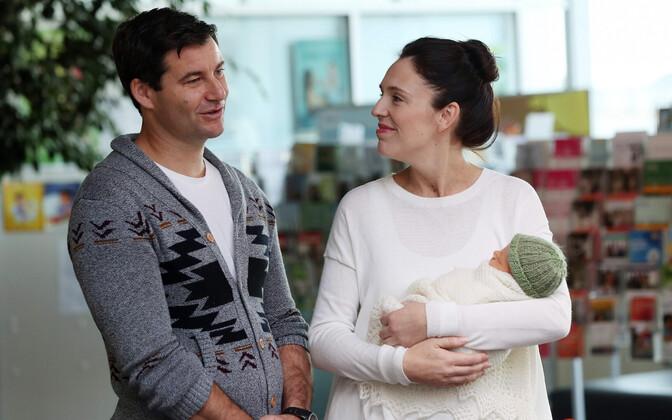 Uus-Meremaa peaminister Jacinda Ardern ja tema elukaaslane Clarke Gayford 2018. aasta juunis äsja sündinud lapsega.