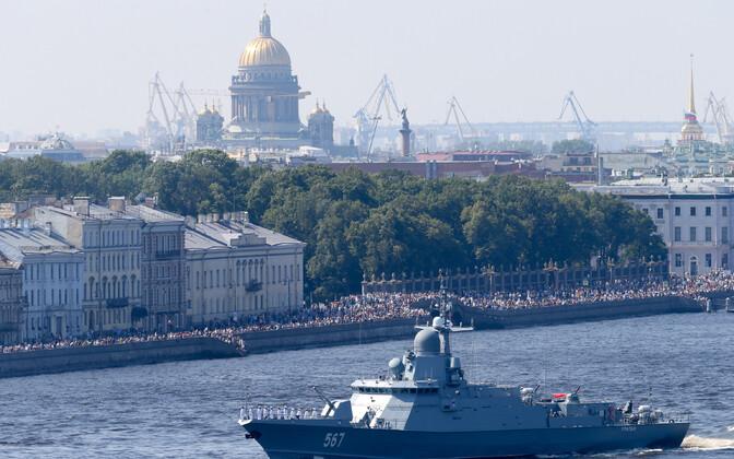 Vene sõjalaevastiku Projekti 22800 korvett Uragan mereväeparaadil Peterburis, taustal Iisaku katedraal.