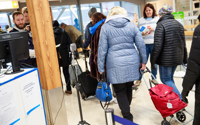 Прибывающие из Финляндии пассажиры в Таллиннском порту.
