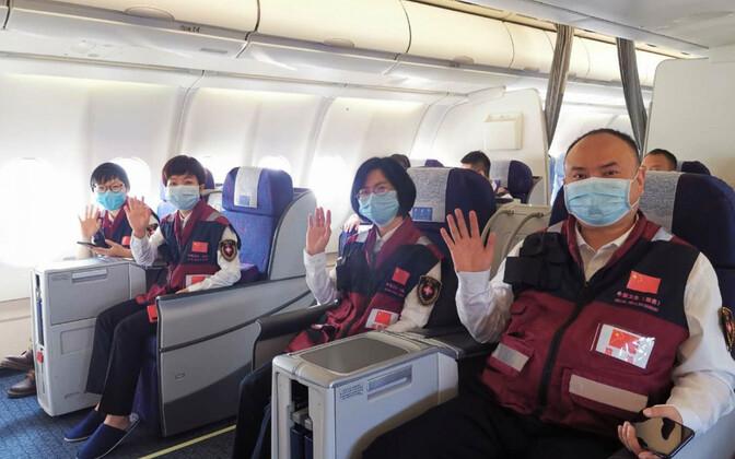 Делегация китайских врачей на борту самолета.