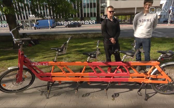 Четырехместный велосипед позволяет ездокам спокойно общаться в пути.