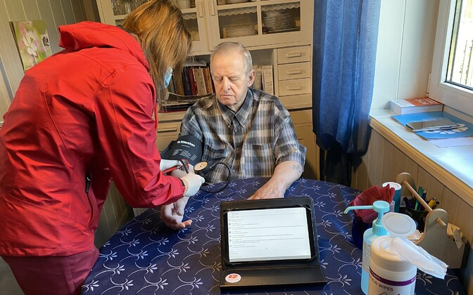 77-year-old Viljandi Hospital patient Mati Kuus receiving home hospital care in Intsu village.