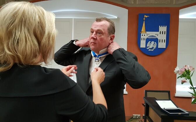 Märt Kõlli receiving the order of merit.