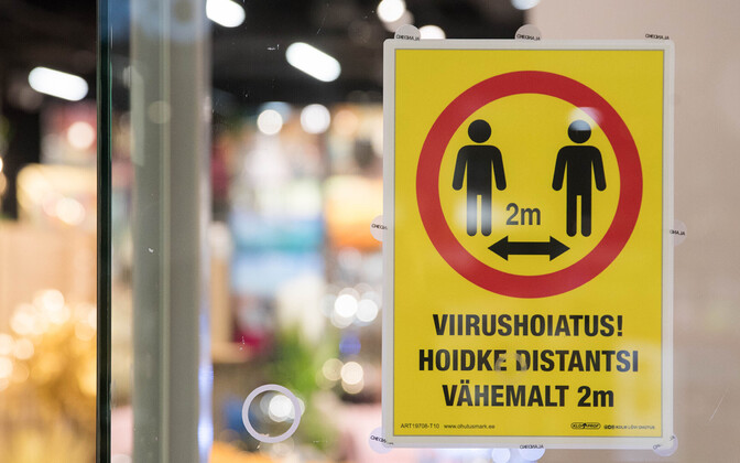 A social distancing sign in a store window at Ülemiste Shopping Center. May 11, 2020.