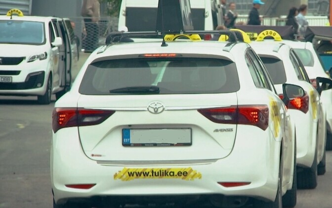 В качестве дополнительной меры таксисты дезинфицируют поверхности, с которыми пассажиры неизбежно соприкасаются.на