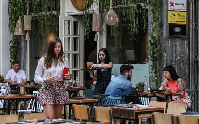 Inimesed Ateenas kohvikus.
