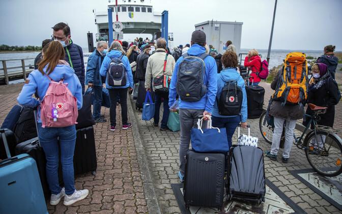 Немецкие туристы в очереди на паром.