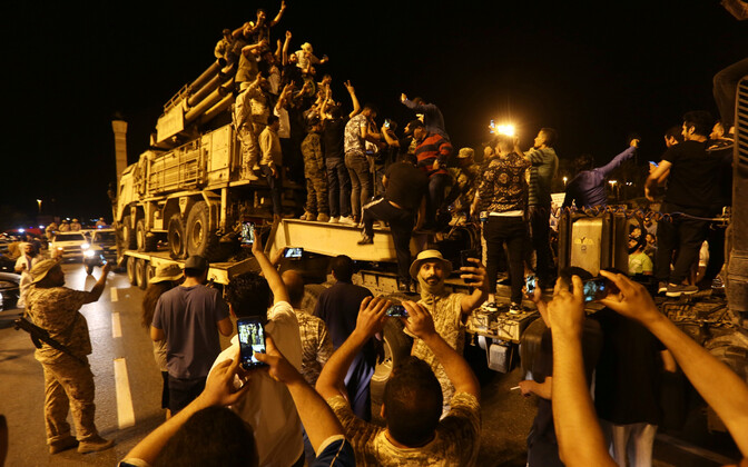 Liibüalased vaatavad valitsusjõudude poolt hõivatud Vene õhutõrhekompleksi Pantsir.