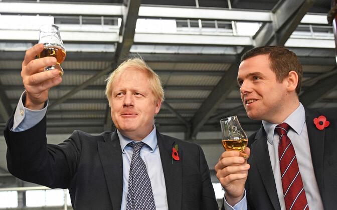 Briti valitsusest lahkunud Šoti asjade aseminister Douglas Ross koos peaminister  Boris Johnsoniga (vasakul) eelmise aasta novembris,