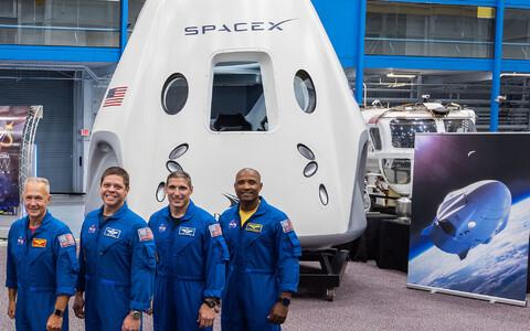 Crew Dragoni esimese mehitatud lennu astronaudid Douglas Hurley ja Robert Behnken ning varuastronaudid Michael Hopkins ja Victor Glover.